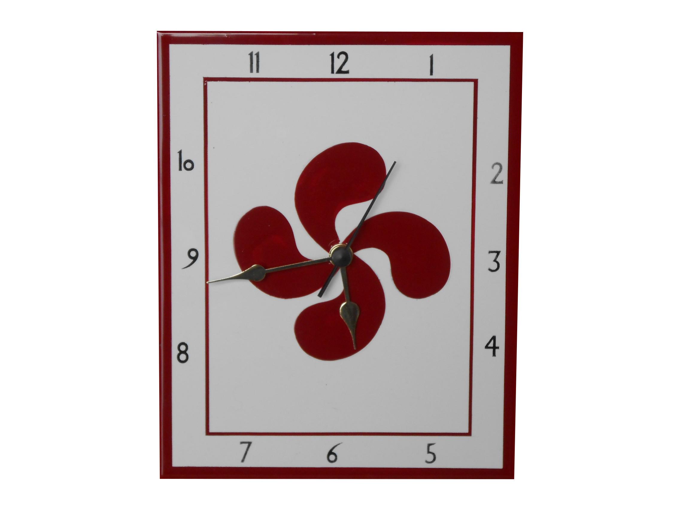 Pendule en faïence avec une croix basque rouge