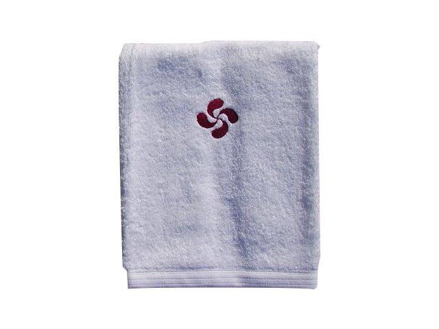 Serviette de toilette avec une croix basque brodée