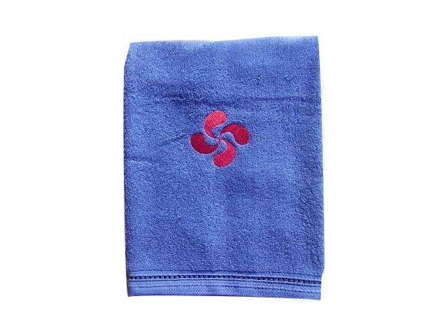 Serviette de toilette bleue avec la croix basque brodée